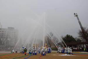 市役所前公園での一斉放水.jpg