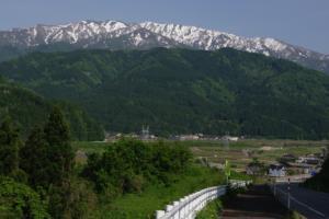21・片貝・島尻・里山越しの僧ケ岳と雪絵-1.jpg